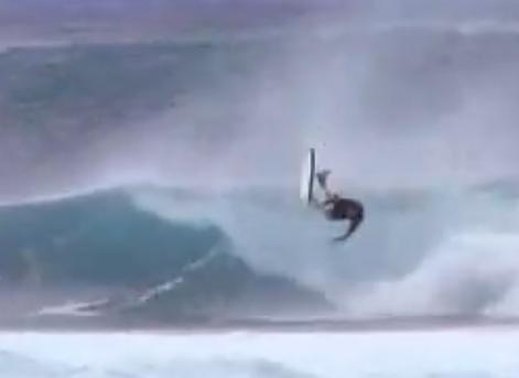 accidentes de surf siendo botado por una ola