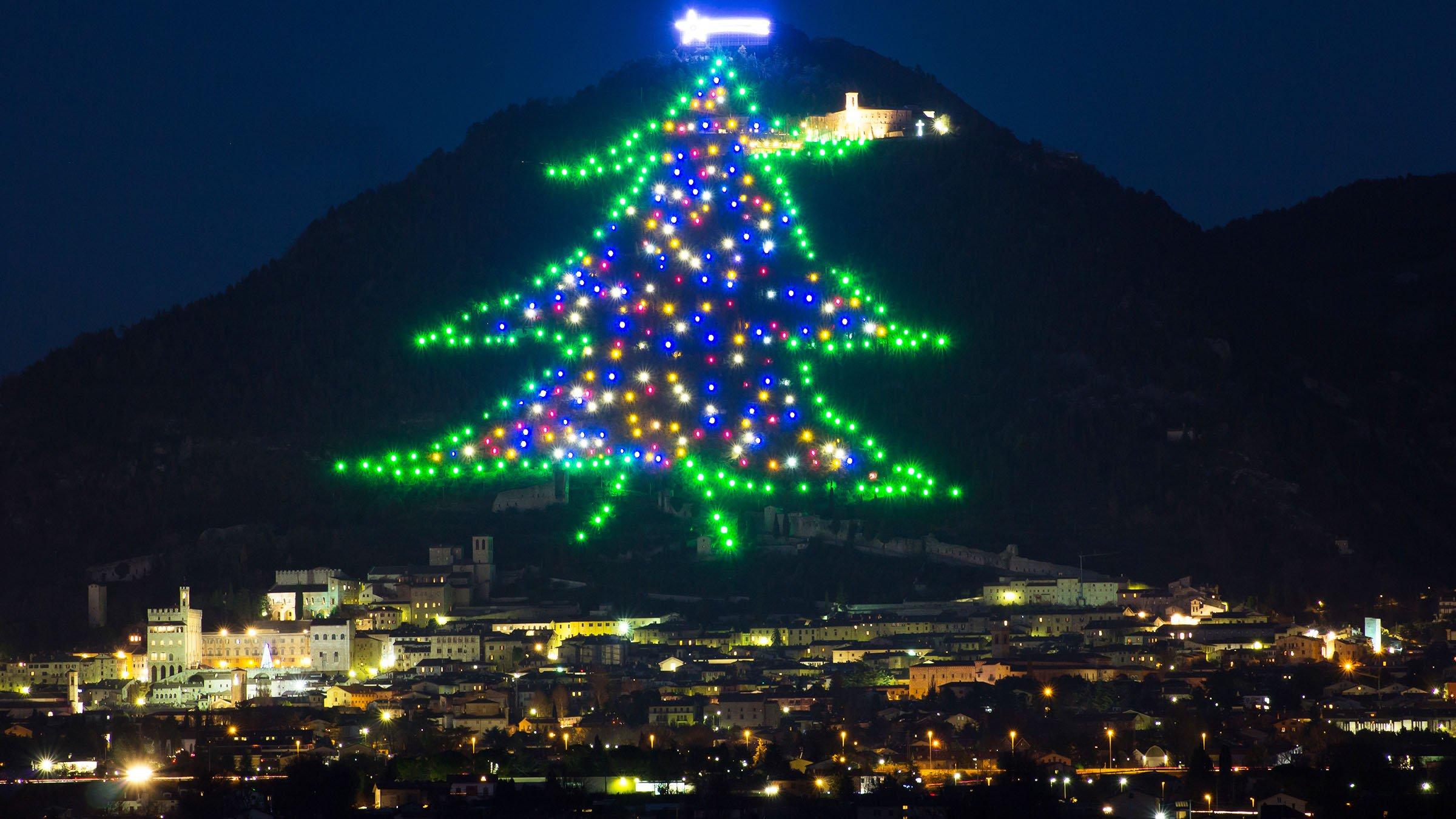 rbol de Navidad de Monte Ingino en Gubbio Italia