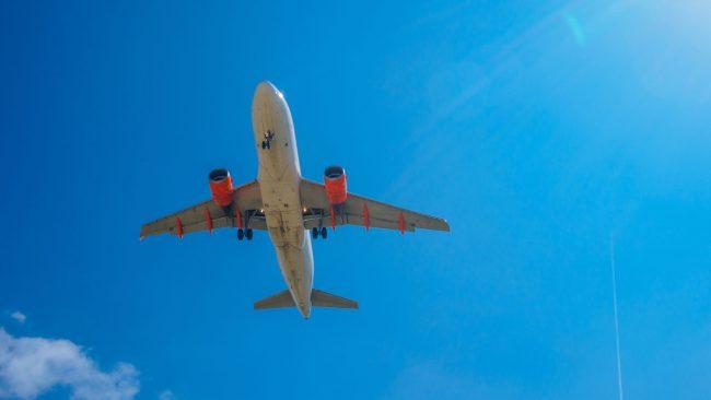 Avión de easyJet en pleno vuelo