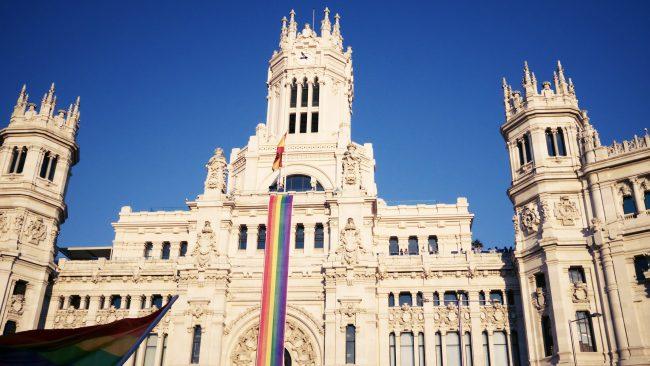 Concello de Madrid coa bandeira do orgullo gay