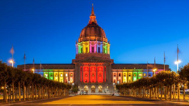 Ayuntamiento de San Francisco iluminado con la bandera arcoíris
