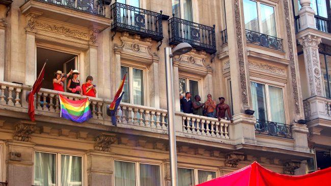 Balcón con la bandera del orgullo gay