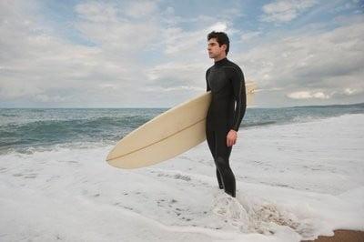Bañadores para hacer surf  admirando el mar