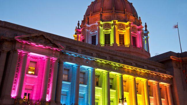 Bandera arcoíris en el ayuntamiento de San Francisco