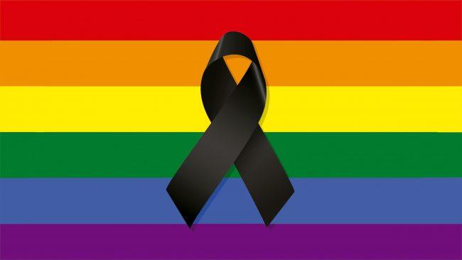 Bandeira gay con lazo de loito polas vítimas de Orlando