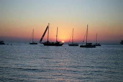 Barcos al atardecer en Formentera