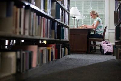 Becas UNESCO en biblioteca