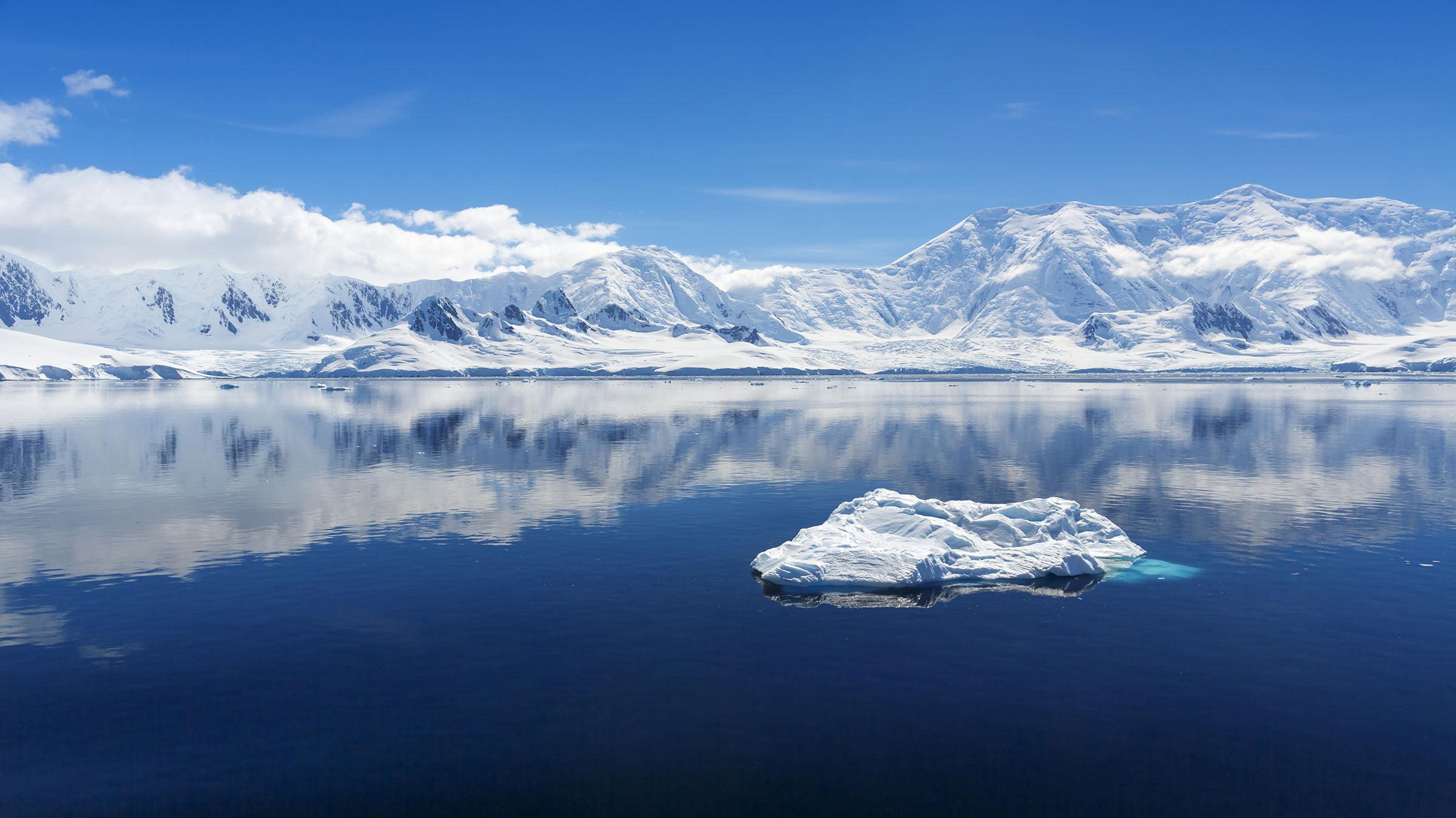 bioclimatico Montañas y glaciares en una Península Antártica