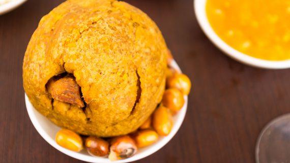 Bolón con maíz frito