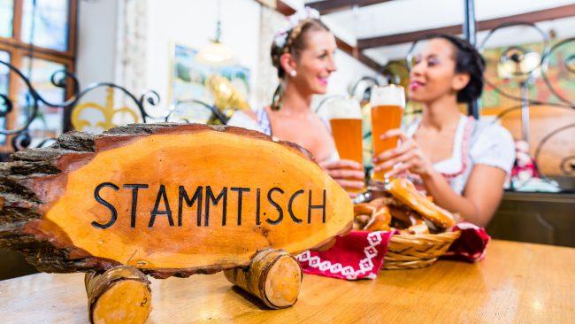 """Cartel de """"Stammtisch"""" en una cervecería alemana"""