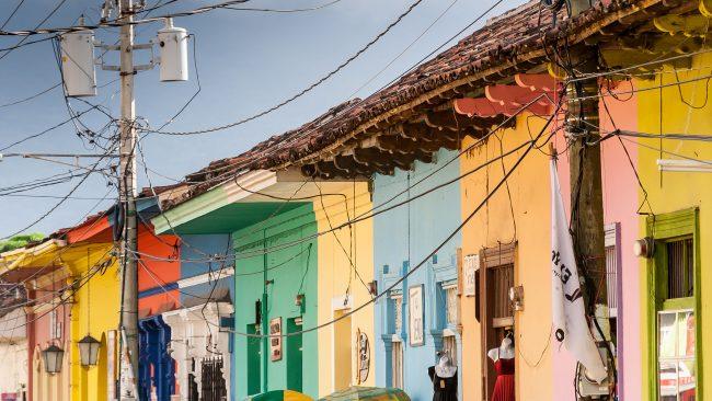 グラナダ、ニカラグアの中心部のカラフルな家