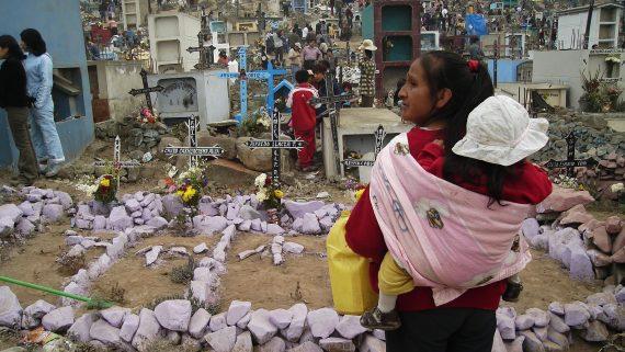 Cementerio en Lima (Perú) en el Día de los Muertos