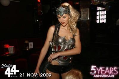 Chica con disfraz en Studio 44