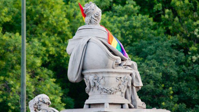 Cibeles coa bandeira do orgullo gay