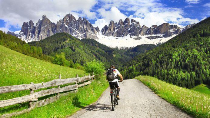 Ciclismo en los Montes Dolomitas, norte de Italia
