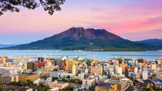 Ciudad de Kagoshima con vistas al volcán Sakurajima