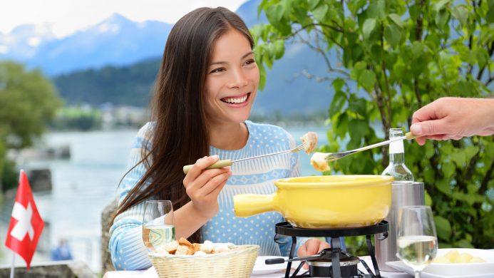 Comidas y bebidas tradicionales de Europa: fondue y vino blanco