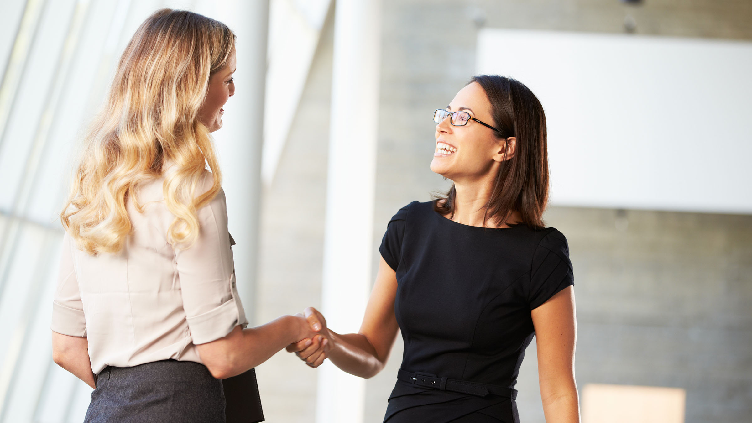 costumbres de Australia saludo entre mujeres