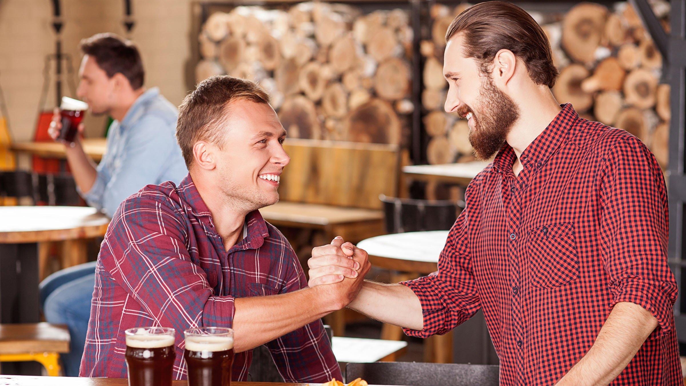 costumbres de Australia saludo hombres