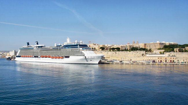 Barco de cruceiros no porto de La Valeta, Malta