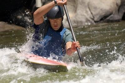 cursos de kayak practicando