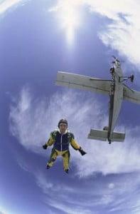 cursos de paracaidismos lanzandose