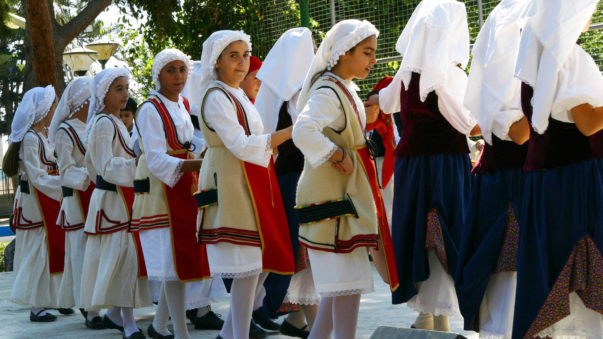Danza tradicional de chipre for Costumbres de grecia