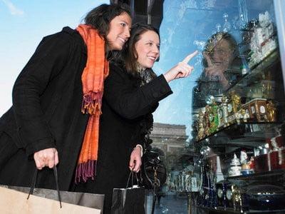 de compras en París admirando mostradores