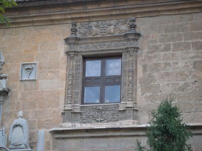 Detalle de as ventanas del Hospital Real