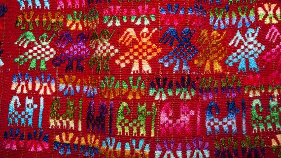 Dibujos representativos de la naturaleza en trajes típicos de Guatemala