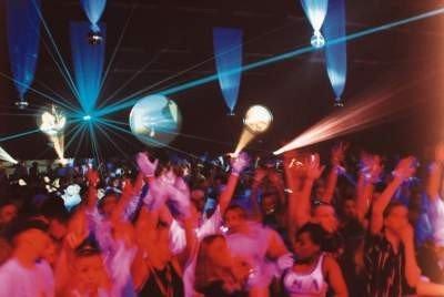 Discoteca Fabrik bailando