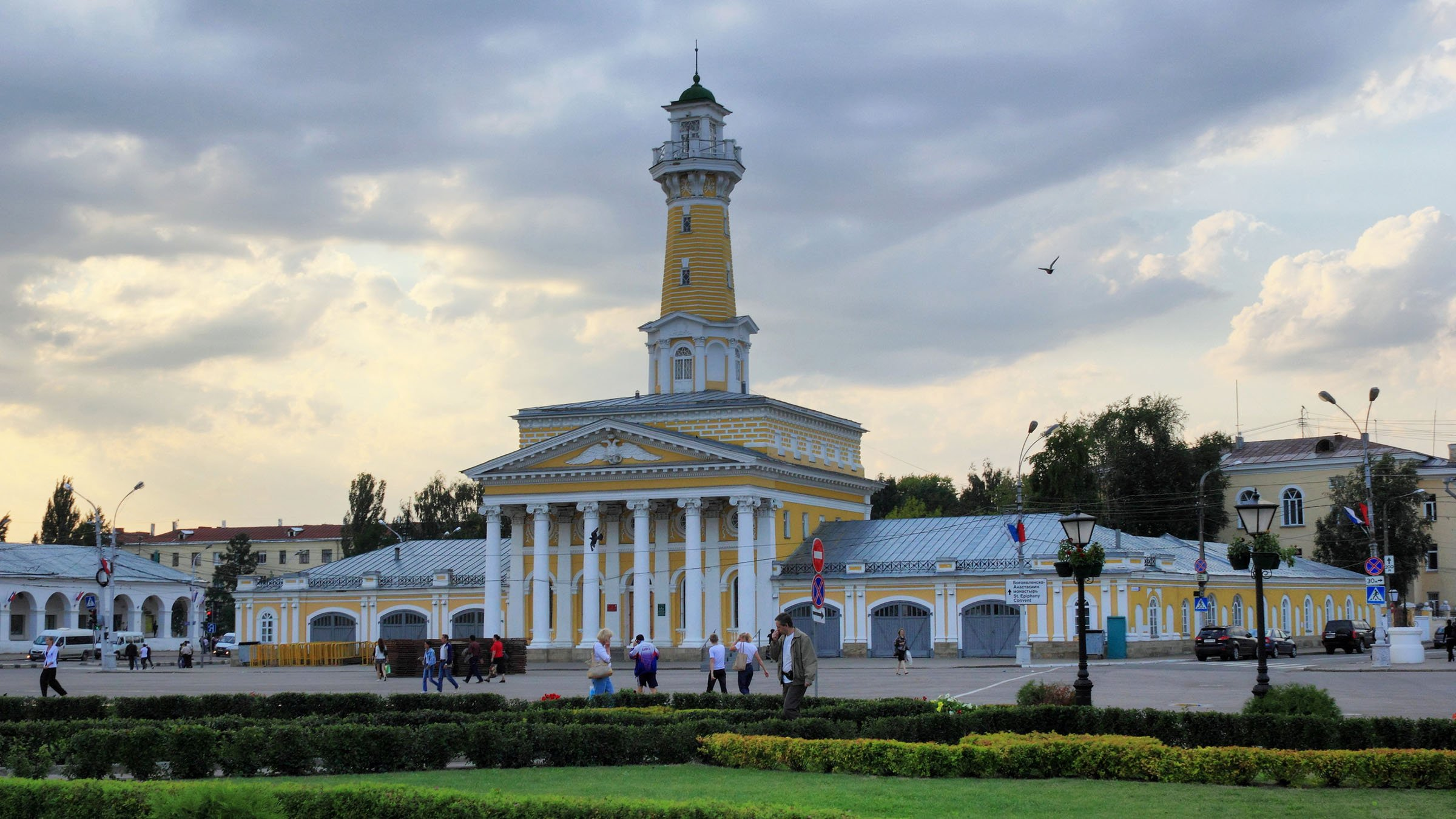"""Rusia es todo un extenso conjunto histórico milenario, que ha sido marcado por largas décadas que han visto marchar el paso de grandes imperios, vastos movimientos nómadas y hoy día una vibrante metrópoli capital! Asi que aquí encontrareis de todo lo que una aventura os pueda ofrecer en vuestros viajes! Para comenzar la capital Rusa, de Moscow famosa por sus impresionantes 20 torres de """"La Plaza Roja"""" además de ser la capital cosmopolitana comparada en belleza con San Petersburgo. Fuera de las modernas capitales, se encuentran un sinfín de pequeños pueblos de encanto e historia propia (a donde cualquier minibús os llevará como recorrido), como la comunidad del """"Anillo Dorado"""", Sergiyev Posad mejor conocido como Zagorsk, donde destaca el museo del juguete, bastante impresionante! Otros pueblos de interés son Sofrin,Rostov, Veliky, hermoso por sus vistas al lago Nero, Y Yaroslavl."""