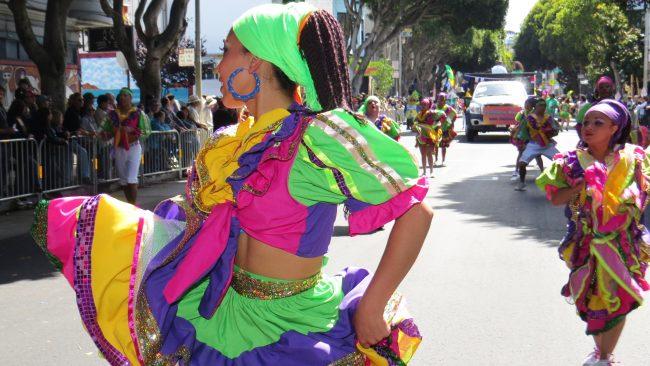 典型的なニカラグアの衣装の色