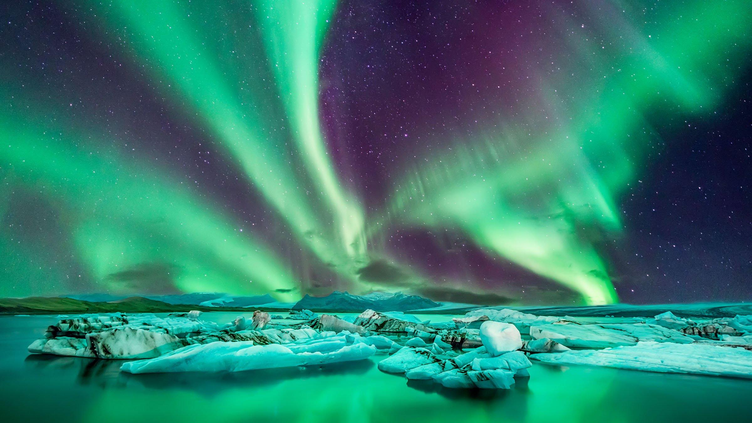 el fenomeno natural de la aurora boreal en islandia Masiva tormenta solar que azota a la Tierra mañana podría causar cortes de energía y vistas deslumbrantes de la aurora boreal