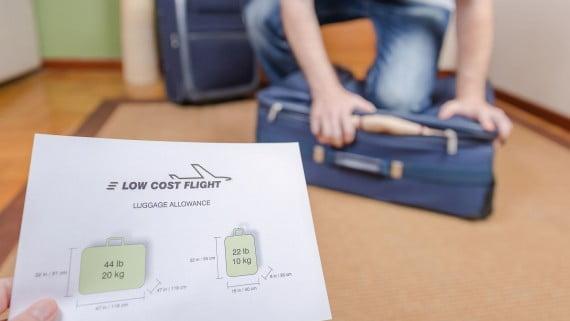 Cómo tomar medidas del equipaje de mano antes de volar