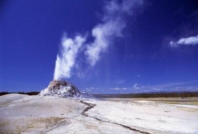 erupción volcánica con vapor