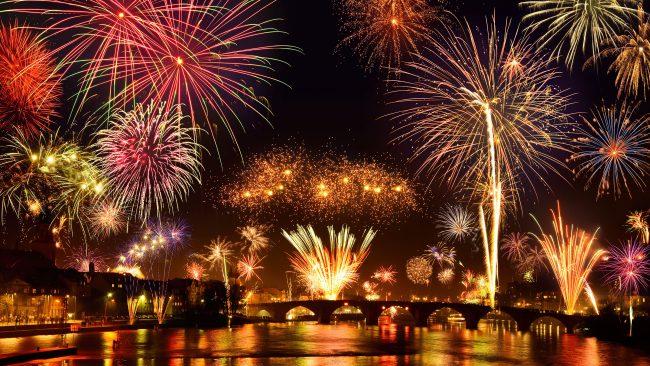 Espectáculo de fuegos artificiales en el Rin, Alemania