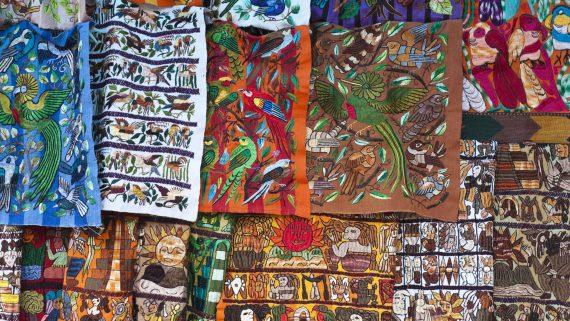 Estampados de pájaros típicos del huipil guatemalteco