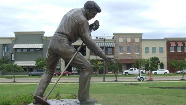 Estatua de Elvis Presley en Tupelo, Misisipi