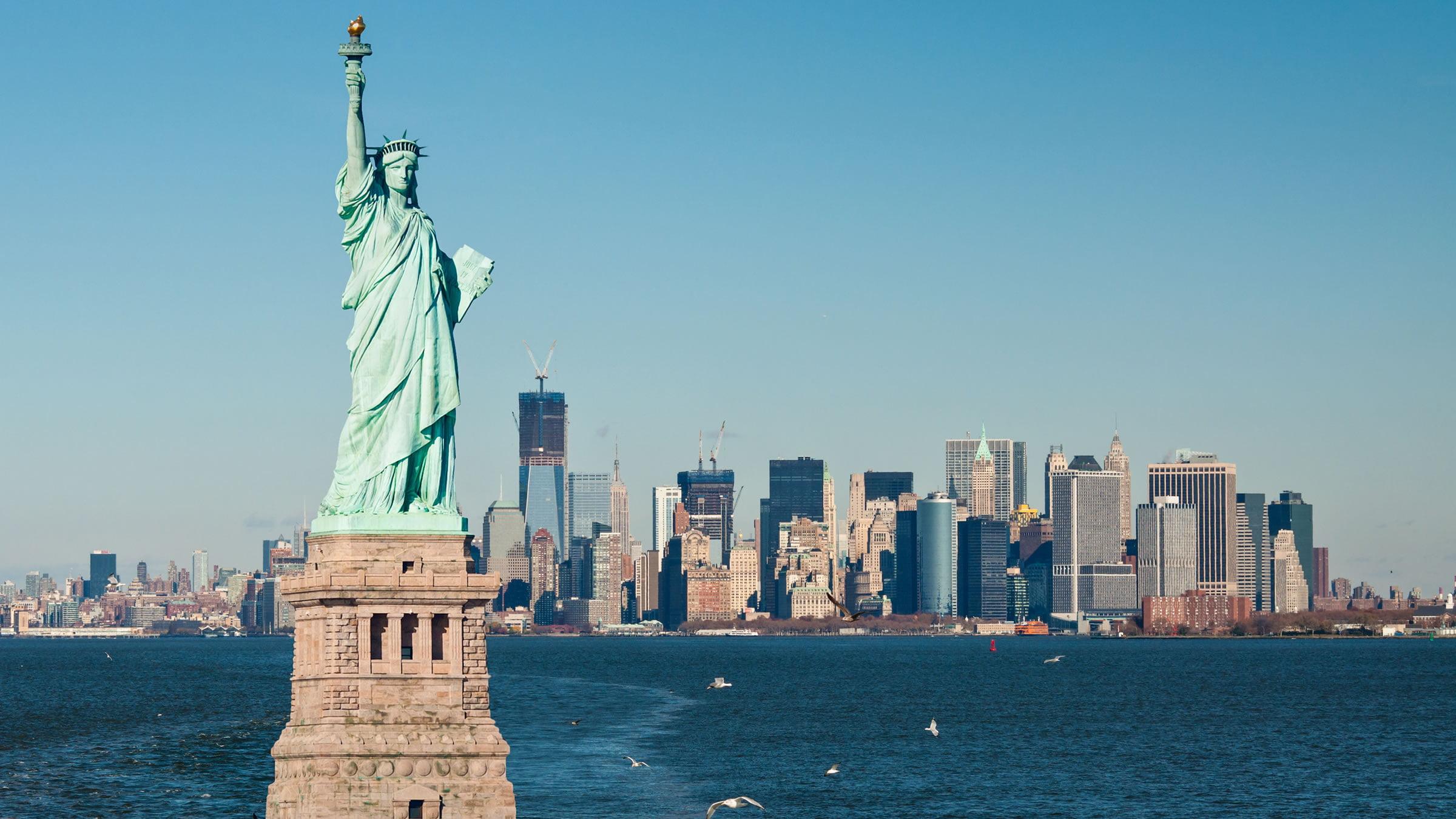 Estatua de la Libertad con Manhattan de fondo
