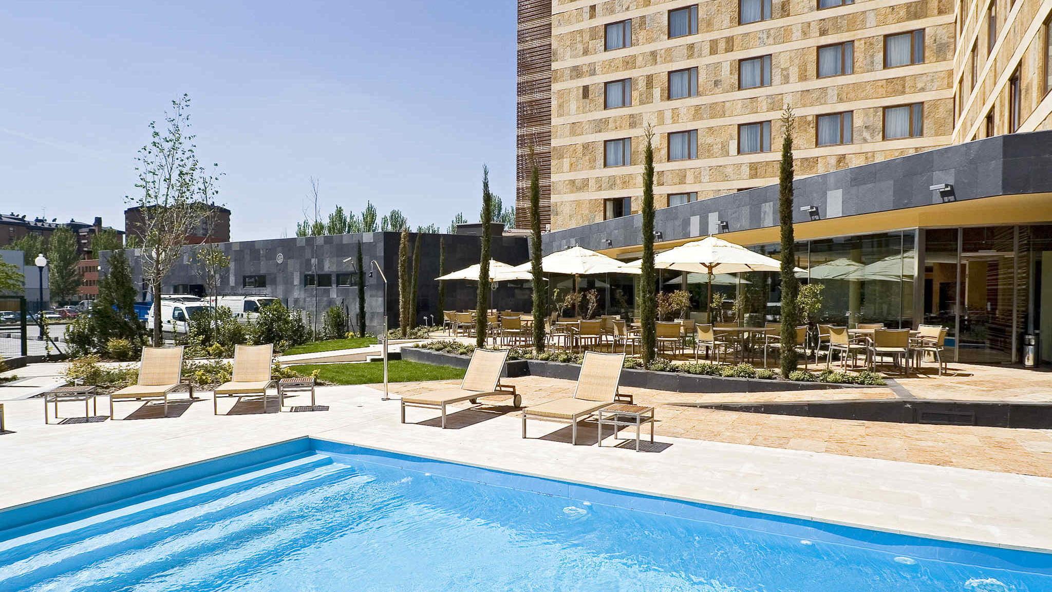 Exterior del hotel novotel de valladolid - Hoteles con piscina en valladolid ...