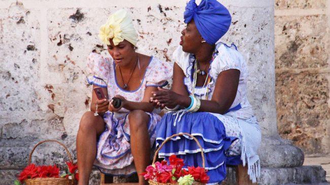 Forma de vestir de las mujeres en La Habana, Cuba