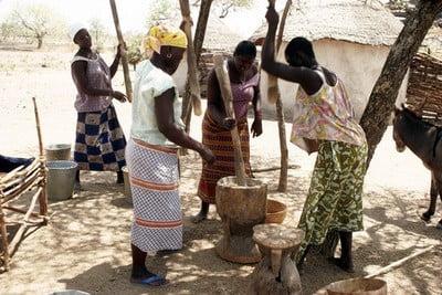 Fotos de Burkina Faso las mujeres aplastando mijo