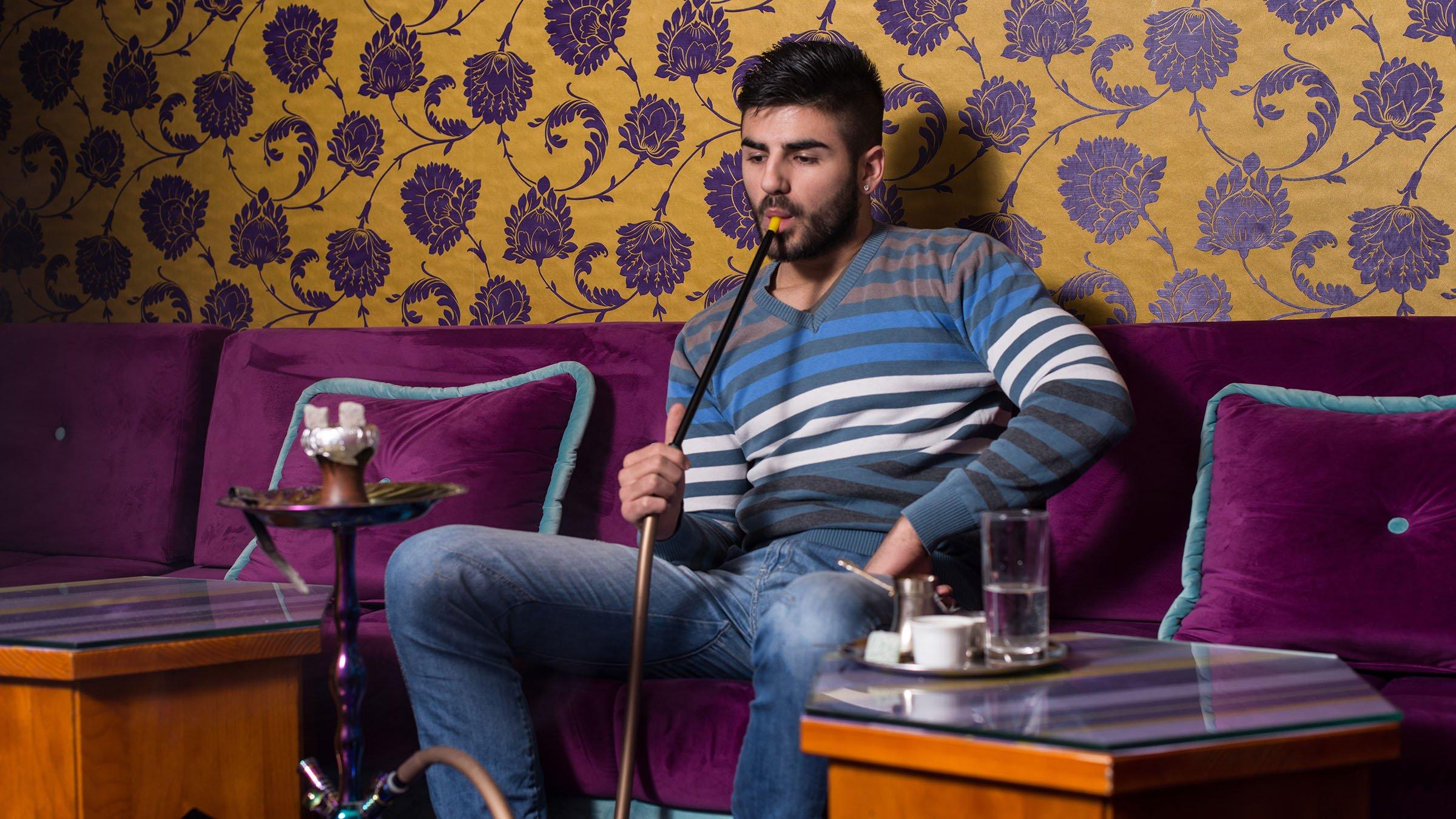Fumando narguile