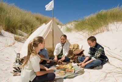 gente en la playa acampando