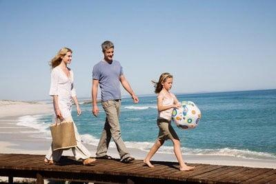 gente en la playa familia