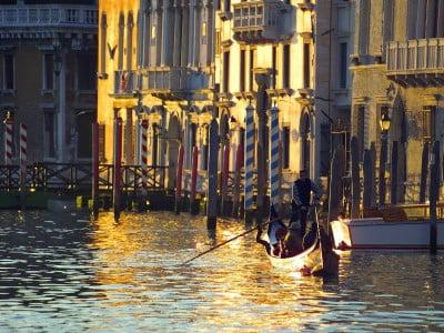Gondolero en el Gran Canal de Venecia