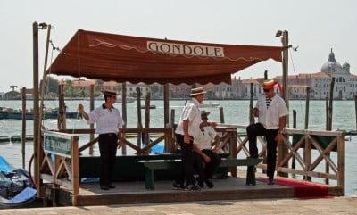 Gondoleros de Venecia