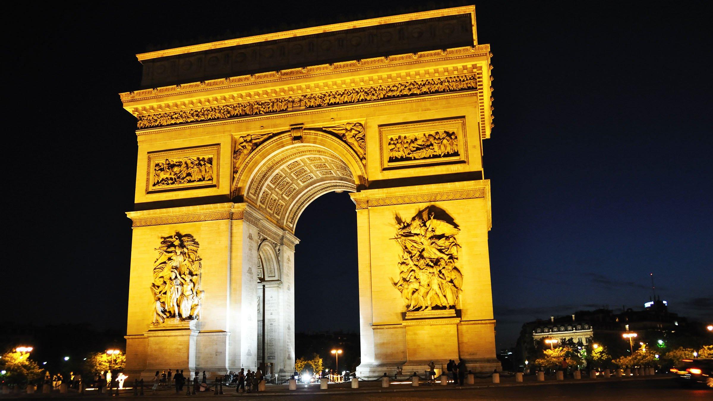 historia paris de noche