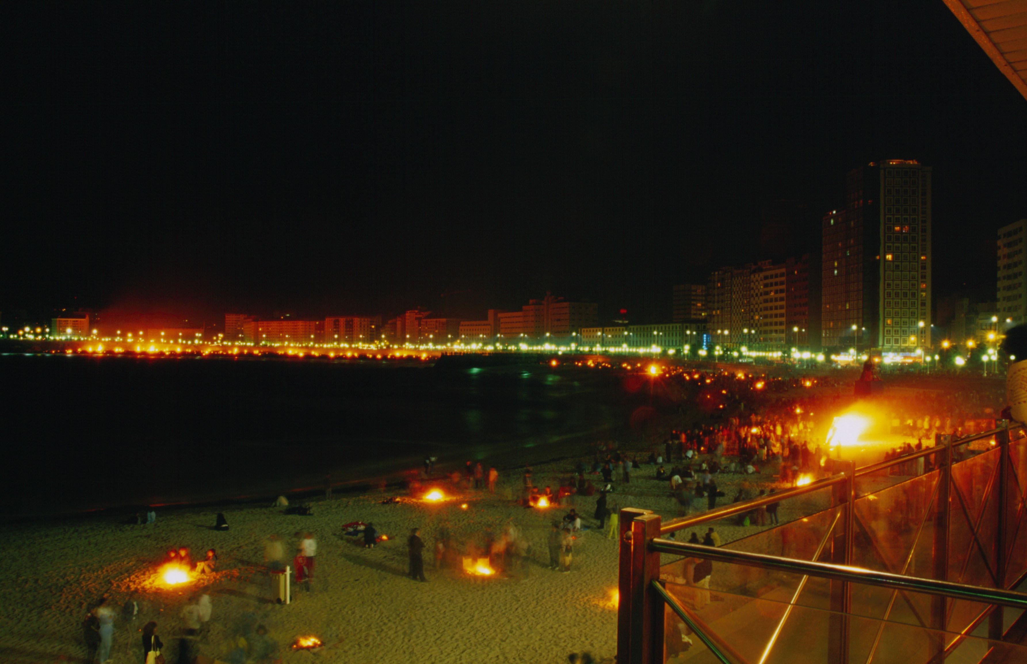 Hogueras en playa de Riazor